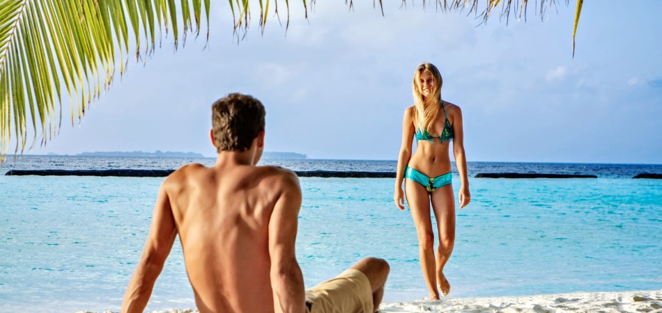 Romantic-couple-beach-Kurumba-Maldives